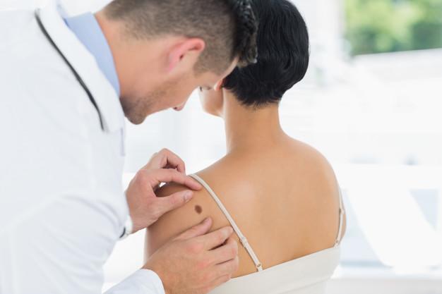 o que faz o dermatologista
